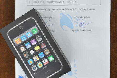 Theo đúng chính sách bảo hành của Apple, khách hàng chỉ được đổi máy mới chứ không được hoàn tiền Ảnh: Nhật Minh