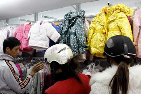Mua áo ấm cho con, không ít người cảm thấy ngán ngẩm vì mức giá cao chót vót của một số loại áo Made in Vietnam. Ảnh: Tuệ Minh