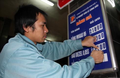 Giá xăng vừa tăng lên 19.300 đồng một lít vào cuối tháng 2. Ảnh: Hoàng Hà