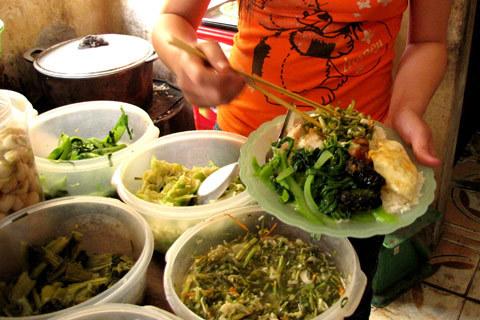 Mua rau và thực phẩm tại chợ đầu mối sẽ giúp cho hàng quán bớt chi phí và không đẩy giá bán lên. Ảnh: Tuệ Minh
