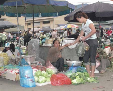 Khách mua mớ rau, cân cà chua hay vài lạng thịt, tiểu thương chợ đầu mối đều vui vẻ bán. Ảnh: Xuân Ngọc