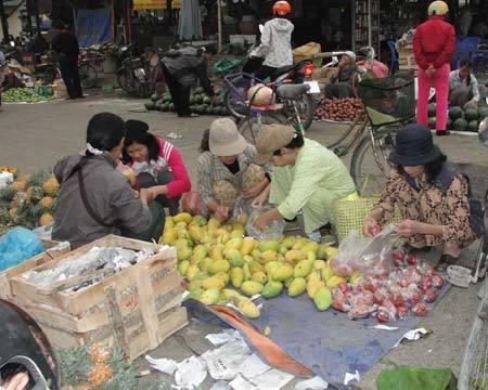Nhiều người dân dậy sớm đi mua thực phẩm tại các chợ đầu mối. Ảnh: Xuân Ngọc