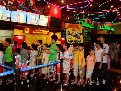 """Khán giả """"nhí"""" tại TP HCM chen chân đi xem Kungfu Panda 2."""