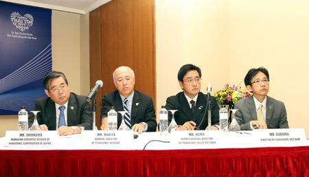 Các đại diện lãnh đạo của Panasonic tại buổi họp báo.