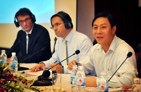Thứ trưởng Kế hoạch & Đầu tư Đặng Huy Đông (phải) và đại diện UNIDO tại buổi công bố báo cáo. Ảnh: Nhật Minh