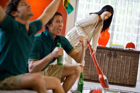 Hình ảnh đàn ông ngồi xem tivi, phụ nữ phải hì hụi làm việc nhà xuất hiện nhan nhản trên quảng cáo. Ảnh minh họa: Bioix
