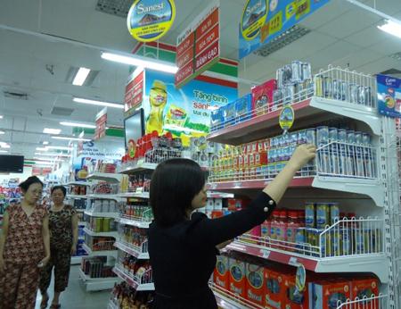 Khách hàng chọn mua Yến Sào Khánh Hòa tại siêu thị Haprofood.