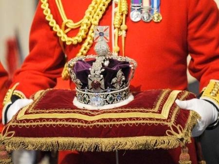 Đây là chiếc vương miệng danh giá nhất nước Anh, đính kim cương và các loại đá quý, trao cho Elizabeth nhân dịp bà lên ngôi. Năm đó, nữ hoàng 27 tuổi.