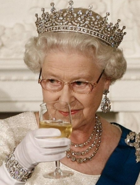 Bộ trang sức dễ kết hợp với các loại trang phục này chính là quà cưới từ mẫu thân nữ hoàng Elizabeth năm 1947.