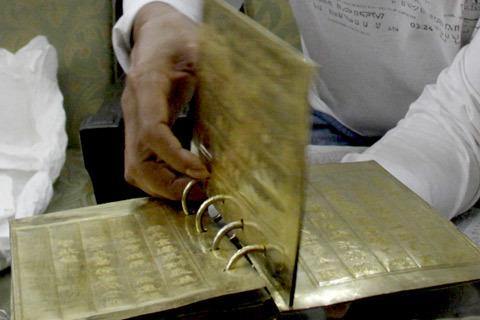 Cuốn sách có 5 tờ, 10 trang với kích thước 14 x 23 cm được đúc từ vàng và bạc. Với trọng lượng hơn 2 kg, cuốn sách có giá trị khá lớn về vật chất. Tuy nhiên, theo chủ nhân cuốn sách- nhà sưu tầm cổ vật Cao Xuân Trường, giá trị tinh thần mới đáng trân trọng.