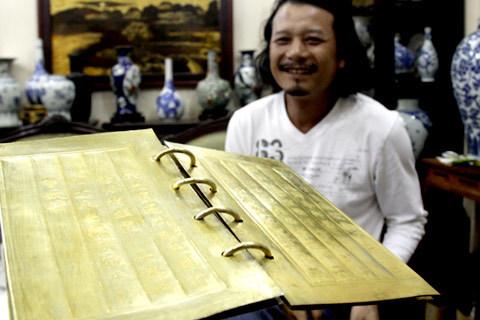 Bên trong là chữ Hán, nói về vợ của vua Thiệu Trị là bà Vũ Thị Viên. Các trang sách cũng được làm từ vàng và bạc.