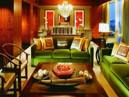 Phòng VIP nhất của khách sạn nằm ở tầng 53, thuộc loại dành cho nguyên thủ, có giá 18.000 USD một đêm. Bên trong, hệ thống điều khiển đèn điện, điều hòa nhiệt độ đều được kết nối qua iPad. Bức tường trang trí bằng tơ lụa xuất xứ từ phương Đông làm điểm nhấn cho căn phòng. Trên bàn còn có một cuốn thư pháp bằng giấy da 250 năm tuổi đời.