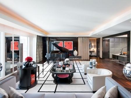 Khách sạn này có 3 phòng VIP khủng nhưng chỉ có Emperor mới được trang bị giường ngủ lớn nhất. Với diện tích lên tới 280m2, bên trong mỗi phòng bố trí một chiếc đại dương cầm sang trọng kết hợp những bức vẽ mang tính nghệ thuật trên tường, hệ thống tivi phối hợp âm thanh hiện đại có thể biến thành rạp chiếu phim cho 8 người xem. Để tận hưởng những dịch vụ trên, du khách sẽ phải rút ví trả 15.000 USD mỗi đêm.