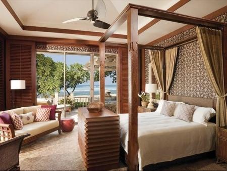 Biệt thự thuộc khuôn viên khách sạn Four Seasons Resort Hualalai, có 3 phòng ngủ, mỗi giường đặt cạnh một chiếc bàn thiết kế kiểu cách với gỗ lượn sóng. Khi đặt phòng tại khu biệt thự của Four Seasons Hualalai, du khách sẽ nhận được phiếu khuyến mãi trị giá 100 phút massage miễn phí tại Spa của khách sạn. Giá thành sở hữu một phòng VIP như vậy là 13.495 USD mỗi đêm.