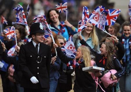 Những người nước ngoài khi đến Anh luôn tìm thấy sự cởi mở của dân bản xứ nơi đây, đồng thời nhanh chóng hòa nhập môi trường. Dù vậy, chi phí sinh hoạt đắt đỏ thuộc hàng nhất thế giới luôn làm nhiều công dân có kế hoạch học tập và sinh sống lâu dài tại đây phải cân nhắc.