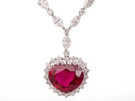 Trong tất cả những trang sức cao cấp chế tác trên thế giới, không thể có món nào đắt hơn chiếc dây chuyền mang tên Heart of the Kingdom của hãng Garrard danh tiếng. Người yêu thích trang sức, phụ kiện sẽ phải bỏ ra 14 triệu USD mới được quyền sở hữu món nữ trang đắt đỏ. Mặt dây chuyền là một viên ruby nặng 40,63 carat, những viên kim cương nạm kín trên bề mặt dây chuyền có trọng lượng 155 carat. Không chỉ vậy, Heart of the Kingdom đã được các chuyên gia đá quý kiểm chứng về sự hiếm có của nguồn gốc xuất xứ.