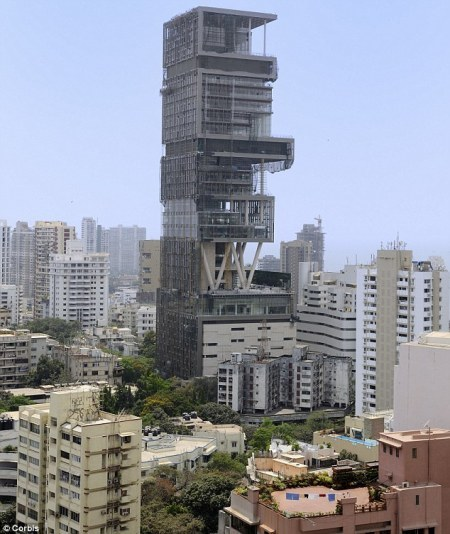Biệt thự do tỷ phú Ấn Độ Mukesh Ambani xây dựng với thiết kế kỳ lạ, độc đáo. Toàn bộ khu nhà có 27 tầng, cao 174m, vật liệu hoàn toàn bằng kính. Bên trong trang bị một câu lạc bộ thể hình, một gara có sức chứa 150 chiếc ô tô. Riêng chủ sở hữu ngôi nhà, tỷ phú Ambani, sưu tập tới 168 chiếc xế hộp.