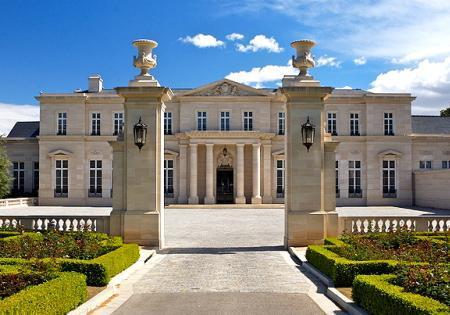Biệt thự nằm ở California, Mỹ, trang bị 15 phòng ngủ, nội thất dát vàng 24 carat. Toàn bộ ngôi nhà trị giá 125 triệu USD, nội thất bên trong cũng thuộc hàng siêu xịn với thiết kế rèm cửa của Marie Antoinette.