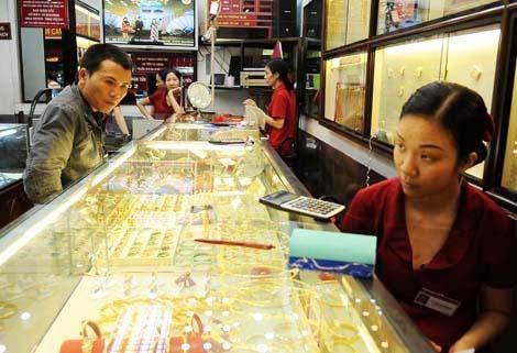 Nhiều người đến cửa hàng vàng chỉ để tham khảo giá trong thời điểm thị trường liên tục đi xuống. Ảnh: TB