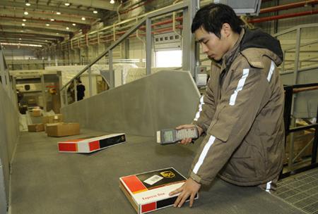 Dây chuyền vận chuyển hàng gởi ứng dụng công nghệ quét mã vạch tại Công ty UPS.