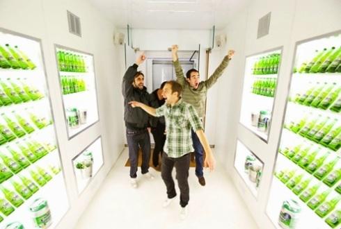 Trong làng thể thao, Heineke là cái tên được nhắc tới nhiều nhất với cương vị nhà tài trợ. Không chỉ vậy, thương hiệu này luôn tích cực đẩy mạnh vào mảng truyền thông và quảng bá hình ảnh. Tài khoản chính thức của Heineken trên Facebook có tới 6,8 triệu người theo dõi, nhiều nhất trong số tất cả các thương hiệu bia khác. Heineken ra đời lần đầu tiên vào năm 1873 tại Hà Lan. Tới nay, hãng có dây chuyền sản xuất tại 140 nhà máy, chia đều cho 70 quốc gia khắp toàn cầu.