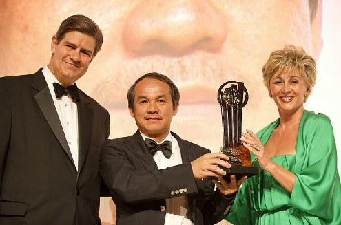 Ông Đoàn Nguyên Đức được nhận cúp giải thưởng tại Monca (Pháp). Ảnh: Ernst & Young.