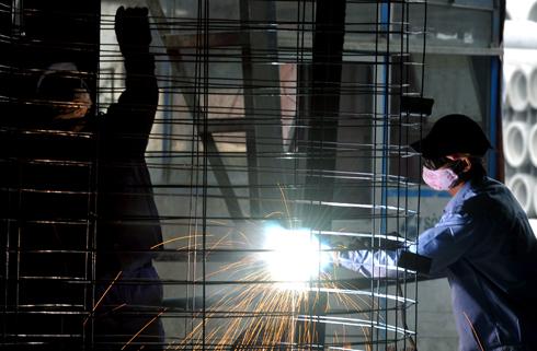 Các giải pháp thuế được kỳ vọng sẽ hỗ trợ doanh nghiệp và người lao động vượt qua khó khăn hiện nay. Ảnh minh họa: Hoàng Hà