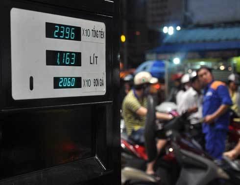 Đúng 19h, các cây xăng tại TP HCM đồng loạt thay bảng giá. Ảnh: Kiên Cường