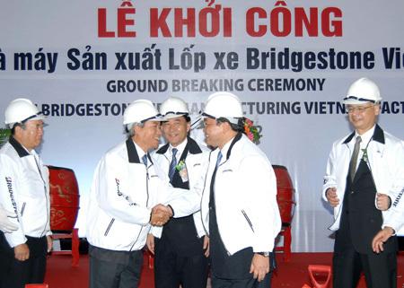 Phó thủ tướng Hoàng Trung Hải (giữa) chúc mừng lãnh đạo Bridgestone trong lễ khởi công. Ảnh: L.L