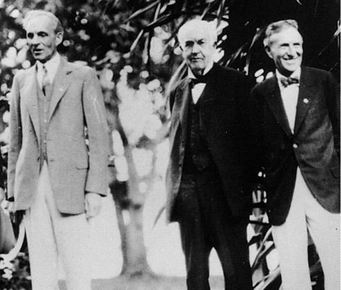 Henry Ford (ngoài cùng bên trái) đứng cạnh Thomas Edison (giữa) và Harvey Firestone. Ft. Myers năm 1929. Ảnh: Herbert Hoover Library