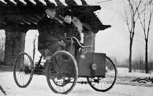 Henry Ford và vợ trên mẫu xe hơi đầu tiên của ông. Hai người có với nhau một người con trai tên Edsel B. Ford. Năm 1919, Edsel trở thành Chủ tịch của Ford Motor, tuy nhiên ông mất năm 49 tuổi.