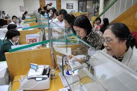 Người dân Việt Nam thích dành tiền nhàn rỗi để gửi tiết kiệm nhiều hơn là đầu tư, du lịch. Ảnh minh họa: Hoàng Hà.