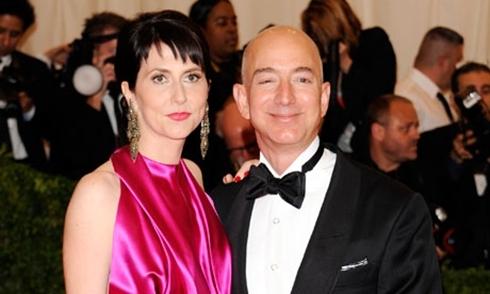 CEO Amazon - Jeff Bezos và vợ Mackenzie. Ảnh: AP