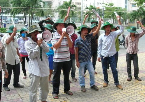 Ngày 11/8, hàng chục nông dân tiếp tục dùng loa phóng thanh chĩa vào biệt thự của đại gia Diệu Hiền để đòi nợ. Đây là tuần thứ hai chủ nợ bán cá cho Công ty Bình An