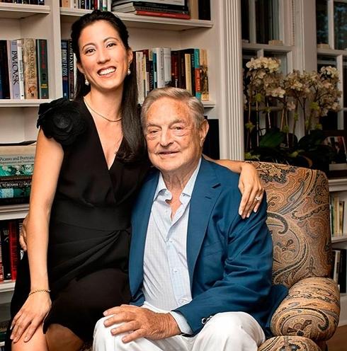 Tỷ phú Soros và bạn gái Tamiko Bolton. Ảnh: Bloomberg