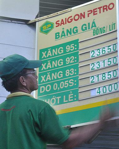 Saigon Petro áp dụng giá bán mới từ 18h ngày 28/8. Ảnh: Kiên Cường