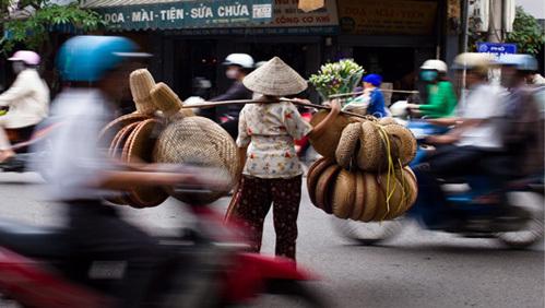 Gánh nặng thuế phí của người Việt ngày một lớn. Ảnh: Zuma