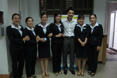 Tân chủ tịch Trần Hùng Huy chụp ảnh cùng các nhân viên ACB. Ảnh: FB.