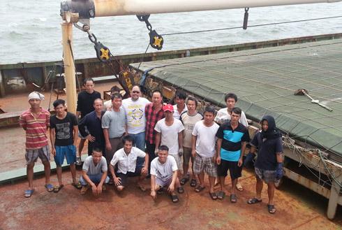 Thủy thủ đoàn tàu Thái Sơn 18 và đại diện Hiệp hội Lao động vận tải quốc tế ITF. Ảnh do thuyền viên cung cấp