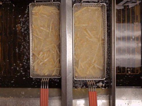 Tại các cửa hàng, khoai tây được chiên hoàn toàn bằng dầu thực vật.