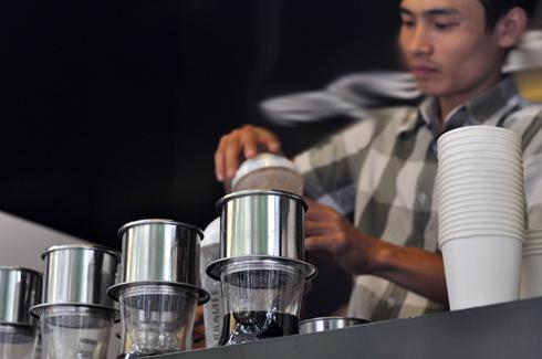 Nhờ mở thêm trạm cà phê, một ngày Nguyễn Duy Biểu bán được hơn 100 cốc, gấp 10 lần chỉ tiêu tuần bán hàng đầu tiên khi khởi nghiệp. Ảnh: Anh Quân
