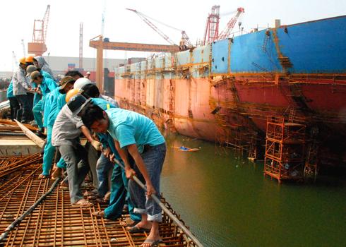 """Tập đoàn công nghiệp tàu thủy Việt Nam (Vinashin) khởi công đóng mới tàu chở dầu thô trọng tải 104.000 tấn vào đầu năm 2007, ì ạch suốt sáu năm dài đến nay vẫn chưa thể đưa vào khai thác, sử dụng. Theo kế hoạch ban đầu đến năm 2009, Vinashin hạ thủy tàu thế nhưng do gặp bão số 9, sóng biển tràn vào Ụ nhấn chìm toàn bộ thiết bị của con tàu mang tên """"Dung Quất 01"""" tại nhà máy đóng tàu Dung Quất(Quảng Ngãi)."""