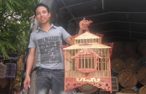 Bùi Văn Sang và chiếc lồng chim do mình làm. Ảnh Dân Việt