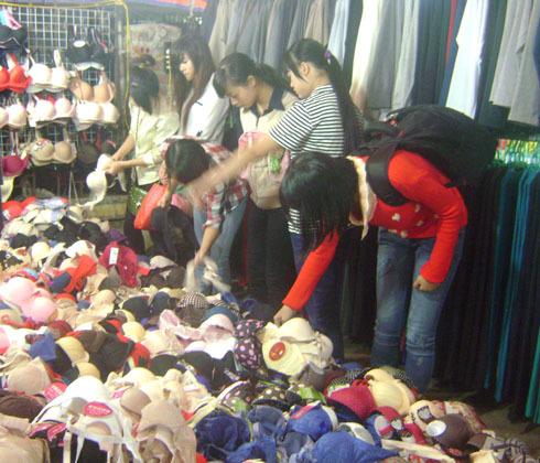 Áo ngực được bán trở lại với giá 10.000 đồng một đôi. Ảnh: Thùy Trang