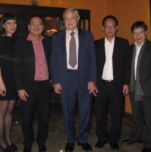 Doanh nhân Nguyễn Cảnh Bình (thứ 2 từ trái sang) và ông Lê Quốc Vinh (ngoài cùng bên phải) chụp ảnh cùng tỷ phú Soros.