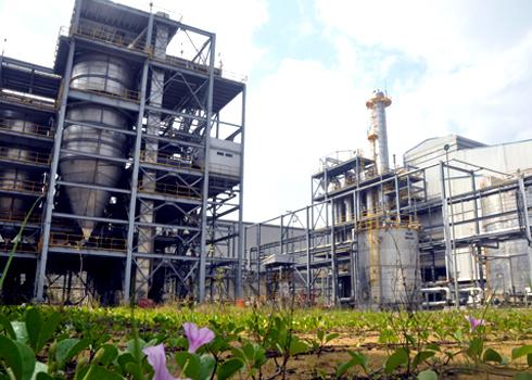 Nhà máy nhiên liệu sinh học Bio-Ethanol Dung Quất đang trong giai đoạn chạy thử, sản phẩm phải xuất khẩu sang nước ngoài do nhu cầu nội địa hiện quá thấp. Ảnh: Trí Tín.
