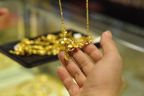 Từ 10/1 tới, chỉ 14 doanh nghiệp và 17 tổ chức tín dụng được tiếp tục kinh doanh vàng miếng. Ngân hàng Nhà nước cho biết trong tương lai, cả vàng trang sức cũng sẽ bị quản lý chặt chẽ. Ảnh: AQ