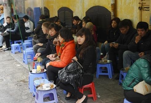 Giới trẻ Việt Nam rất chuộng các quán cà phê vỉa hè. Ảnh: AFP