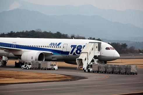 Chiếc Boeing 787 của ANA sau khi phải hạ cánh khẩn cấp vài ngày trước. Ảnh: Bloomberg