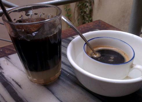 Người Việt vẫn có thói quen uống cà phê đậm đặc - pha phin. Ảnh: Công Tâm